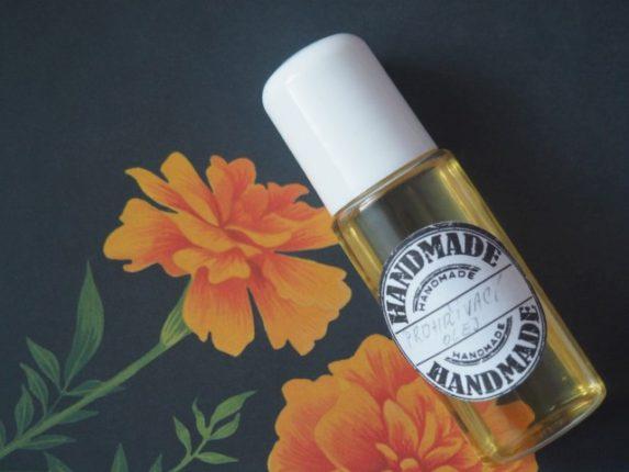 Olej s vůní pomeranče a skořice prohřeje svaly a podpoří prokrvení pokožky.