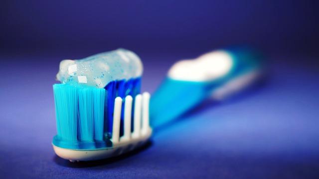 Čím nám škodí běžná zubní pasta z drogerie.