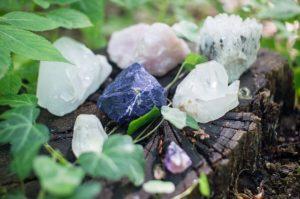 Růženín, jadeit a karneol, to jsou kameny vhodné pro Váhy.
